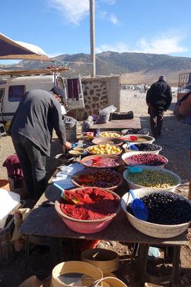 Souk marocain et stand d'olive
