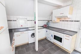 Küchenzeile mit Waschmaschine und Sppülmaschine