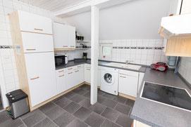 Küchenzeile mit Waschmaschine und Mikrowelle
