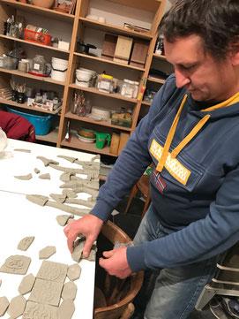 Al lavoro nel laboratorio di ceramica della Badalucco art gallery