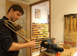 Musikhaus Daniel Schmon in seiner Werkstatt, im Ritterhaus in Flums