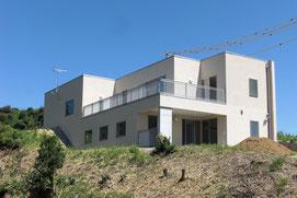 丘に建つ家