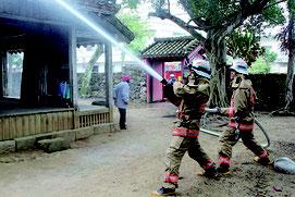 消火訓練で放水する消防隊員ら=30日、権現堂