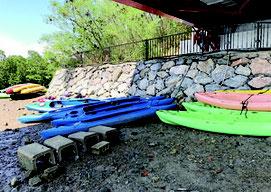二級河川の浦内川の橋下は、ツアー業者のカヌーが占拠している=3日、西表島浦内橋