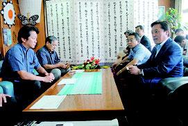 陸上自衛隊駐屯地の施設配置案を中山市長に提示する若宮防衛副大臣(右)=17日午後、市役所