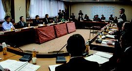 翁長知事(右)ら県首脳と参院議員団(左)は県庁で意見交換した。沖縄の経済振興策やインフラ政策なども議論された=18日、県庁