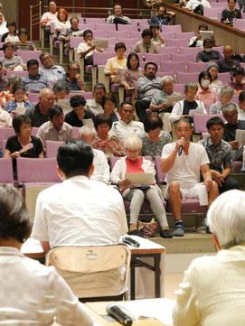 自衛隊配備計画をめぐり、中山市長(中央)に意見を述べる参加者=11日夜、市民会館大ホール
