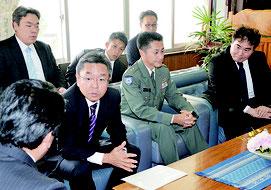市に協力を求めた中嶋局長(前列左から2番目)=7日、石垣市役所
