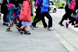 集団下校を行った平真小学校の児童たち=6日午後、同校正門前