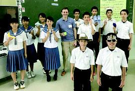 米国外交官のライアン・イングラッシャさんを囲んで=竹富小中学校
