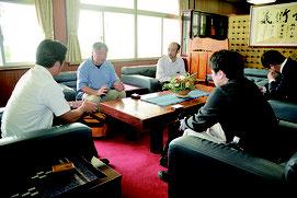 千葉県富津市のNPO法人オール富津情報交流センター理事ら3人が中山義隆市長を表敬訪問した=1日午前、市長室
