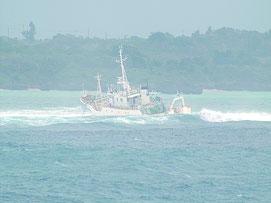 吉原沖の座礁船=4日(第11管区海上保安本部提供)