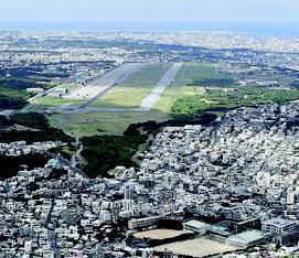 米軍普天間飛行場(上)と周辺の住宅地=2017年7月、宜野湾市(共同)