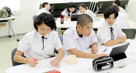 竹富町各中学校の生徒らが事前学習に取り組んだ=9日、離島ターミナル会議室