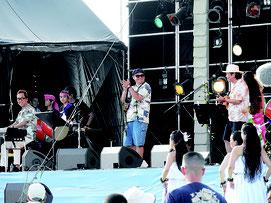 7000人の観衆が一体となった「うたの日コンサート」=24日、嘉手納町兼久海浜公園