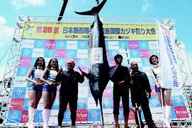 162㌔のクロカワカジキを仕留め、初日トップとなった当山さん(左から3人目)