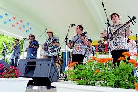 鳩間島スペシャルバンドによるステージ=3日午後、コミュニティセンター