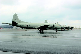 訓練に参加したP3C哨戒機。中国当局の活動に対処するため、任務の多様化が進んでいる。当日は3機編隊で訓練した=9日朝、那覇基地