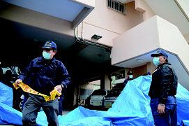 容疑者宅でブルーシートと規制線を張る捜査員=11日午後、登野城(画像は一部加工しています)