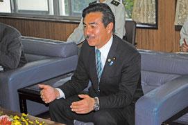 中山市長と会談する佐藤政務官=22日午後、市役所