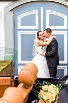 Traumpaar Karina & Christopher vor Schloss Lüdersburg - Hochzeitsfoto FOTOFECHNER