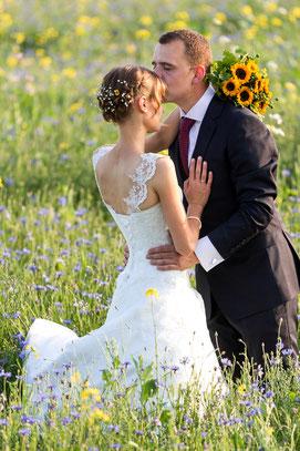 Brautpaar Lisa & Sebastian beim Shooting auf der Wiese - Hochzeitsreportage FOTOFECHNER