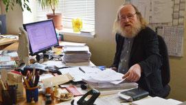 Johannes Roscher räumt auf. Am Montag ist der Krumhermersdorfer im Ruhestand. Foto: Andreas Bauer