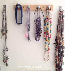 collares colgando en el interior de la puerta del armario - www.AorganiZarte.com