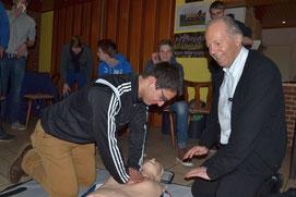 Dajinder Pabla reanimiert eine Puppe unter der Aufsicht von Prof. Dr. Dietrich Andresen aus dem Vorstand der Deutschen Herzstiftung