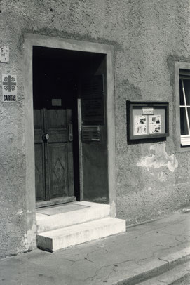 Wo befand sich wohl diese Caritas-Eingangstür? Bei seiner Suche nach historischen Fotos und Geschichten hofft der Caritasverband auf das kollektive Gedächtnis der Diözese. Foto: Caritasarchiv