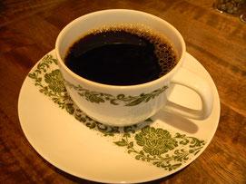 SHIBA COFFEEさんのホットコーヒー。店内にある豆から選んでその場で挽いてもらったものをハンドドリップで抽出して頂く。