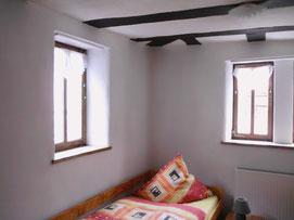 Das Zimmer oben, aber mit Lehm verputzt, mit Silikatfarbe gestrichen und ISO-Glas Fenster eingesetzt
