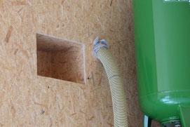 Die Einblas-Dämmung wird zuerst mit dem Schlauch eingebracht und anschließend mit der Nadel oder der Einblaslanze nachverdichtet