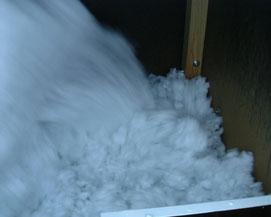 Mineralfaser Einblasdämmstoff wird in der Einblasmaschine aufgelockert und als Puffer-Dämmung eingeblasen