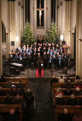 Das Bild zeigt, wie die drei Chöre Cäcilia Holzweiler, Canto dell'anima und die Gospelvoices Holzweiler gemeinsam ein letztes Lied singen. Foto: Ruth Klapproth
