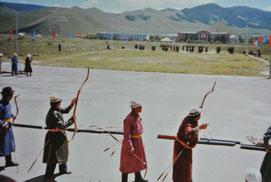 ナーダム(祭り)の弓競技(1985年7月、ウランバートル)