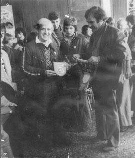 M. Grimal présentant le fanion de la MJC et recevant une plaquette représentant l'école HOWARD WEEK SCHOOL.