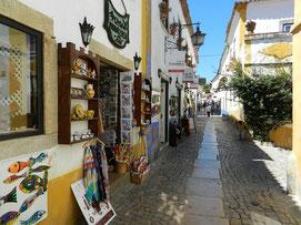 gepflasterte Gasse in Obidos mit Kunsthandwerk-Läden