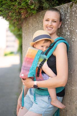 Huckepack Half Buckle Babytrage, stufenlos mitwachsendes Rückenpanel, gut gepolsterte Träger, einfach und schnell anzulegen.