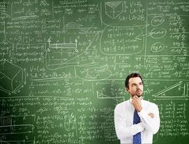 Immobilienfinanzierung ist eine komplexe Sache, wie dieser Denker vor der Tafel mit Formeln verdeutlicht. © kantver - Fotolia.com