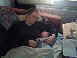Iris Steger schlafend mit Baby in den Armen