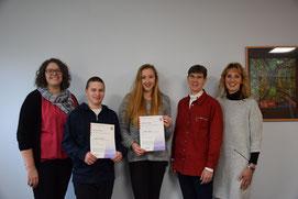 Auf dem Bild sind die Sieger, die Mathematiklehrerinnen Frau Koch, Frau Zimmermann und Schulleiterin Frau Bechold zu sehen.