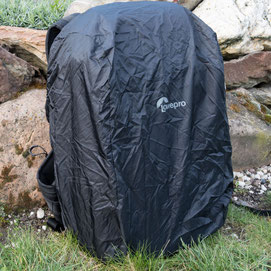 Praxistest Fotorucksack: Integrierte Regenschutzhaube beim LowePro ProTactic 450 AW II. Copyright 2020 by bonnescape.de