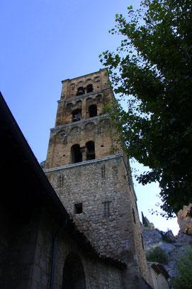 Bild: Glockenturm der Pfarrkirche Notre-Dame-de-l´Assomption in Moustiers-Saint-Marie