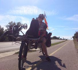 Angenehm: Ein Teilstück Fahrradweg neben der 102 von Punat nch Krk und ein Stück darüber hinaus gibt es schon.