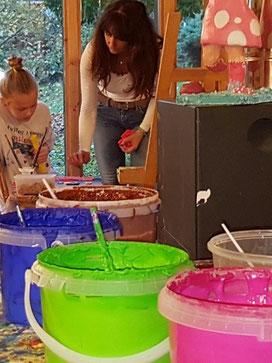 -Kunsttherapie-im-Atelier-Farben-Acrylbilder-Staffelei-Ölbilder-Zeichnungen-