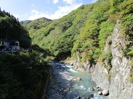 荒々しい岩肌と青みがかった流れが印象的!左に見えるのは、へいけ茶屋です。きのこ汁を補給するのだ(≧▽≦)
