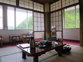 隊長のお部屋(^^)昭和感漂う和風の部屋が大好き♡建物は古いですが、清潔感あって良いお部屋でした☆角部屋なので眺めも良かったよ(*´▽`*)ちなみに、男性陣の部屋は、この倍くらいの広さでした!