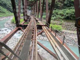 出発地の白馬駅まで輪行です。いくつかの路線を利用した中で渓谷を走る大糸線はとても印象的でした!山にへばりつき谷間を川沿いに走るスリリングさは他で味わえない刺激でした!川を渡る鉄橋なんてご覧の通り足元スッカスカ(;・∀・)