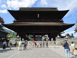 ようやく山門に到着(^^;)スケールが違い過ぎる!一般のお寺様と比べ物にならないこの大きさ!山門のど真ん中で昭にーさんたら(≧▽≦)長生きできまっせー( *´艸`)